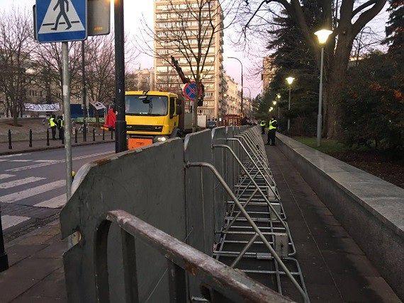 Płot wraca przed Sejm. Policja znów ustawia barierki