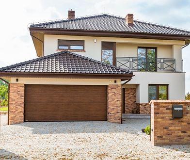 Zgrany duet: brama garażowa i elewacja domu