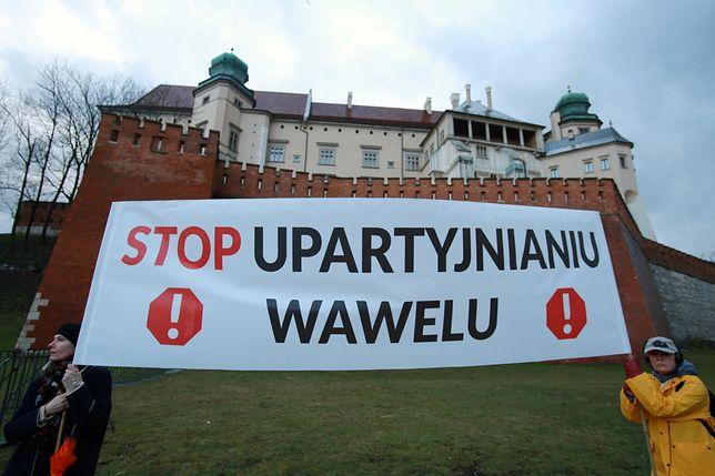 Demonstracja u stóp Wawelu z 18 marca 2017 r. Zebrani protestowali przeciwko upolitycznianiu wzgórza wawelskiego