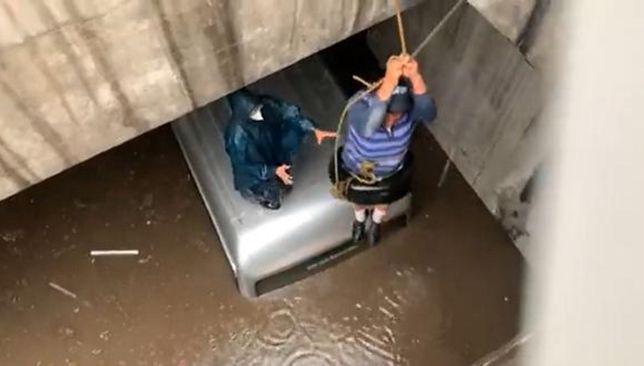Część kierowców zostało uwięzionych w zalanych tunelach