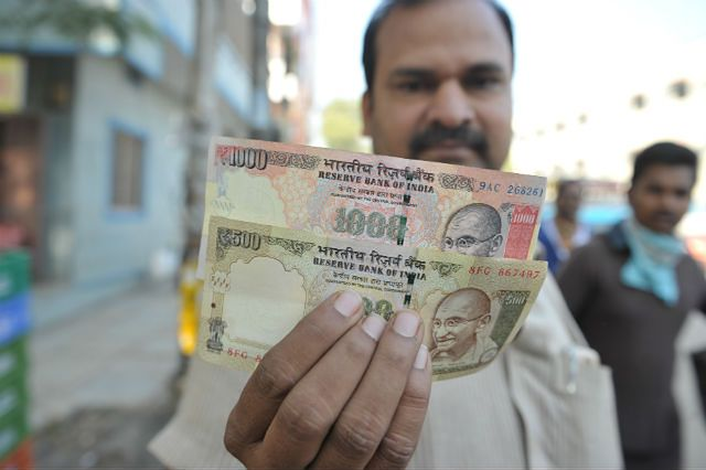 Mężczyzna z Hajdarabad prezentuje dwa najpopularniejsze banknoty, które straciły ważność