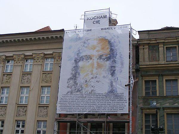 Jezus patrzy na poznańskim Starym Rynku na klientów pubów i klubów go-go