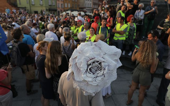 Na pl. Zamkowym zebrał się tłum osób, które chciały wziąć udział w kontrmanifestacjach
