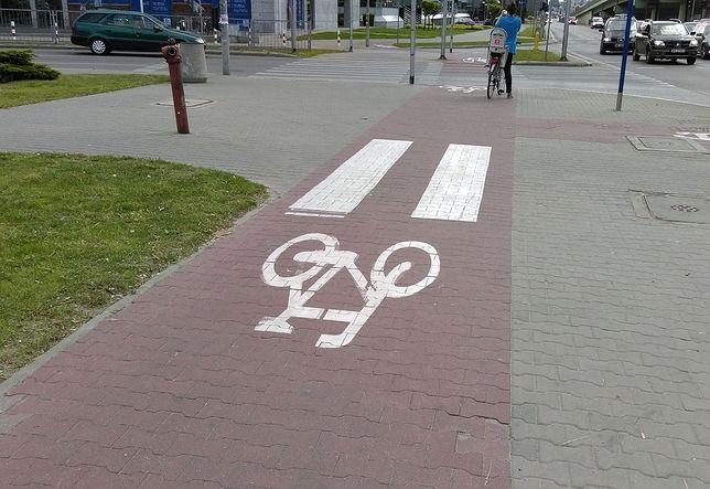 Drodzy rowerzyści: to pieszy ma pierwszeństwo na przejściu dla pieszych [LIST]
