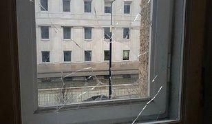 Kolejny atak na siedzibę Lambdy. Kostką brukową wybili szybę
