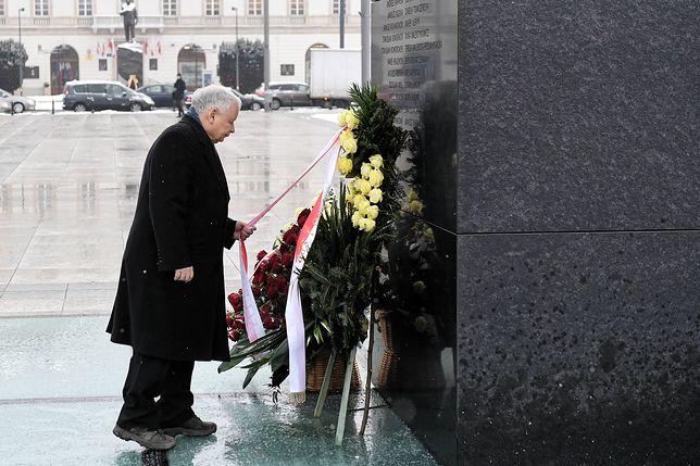 Jarosław Kaczyński przed Pomnikiem Ofiar Tragedii Smoleńskiej