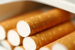 Czarny dym z papierosa