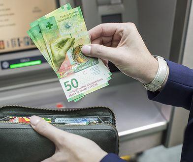 """Na Węgrzech kredytów we frankach już praktycznie się pozbyto - pisze poniedziałkowy """"Fakt"""""""