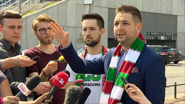 Patryk Jaki na konferencji prasowej pod stadionem Legii Warszawa