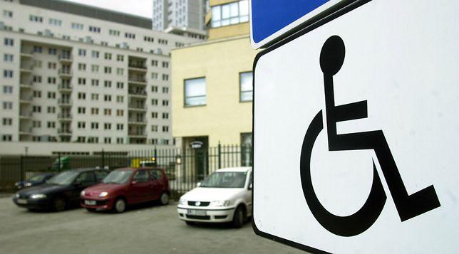 Naczelny Super Expressu chciałby parkować na miejscach dla niepełnosprawnych. Odpowiedź jezuity to strzał w dziesiątkę