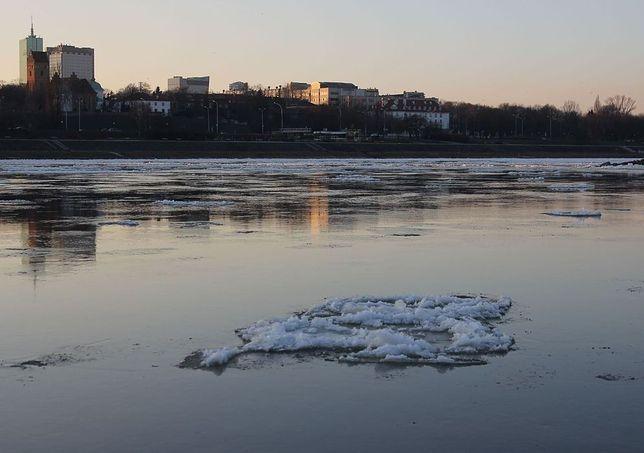 Rzeka i staw to nie lodowisko. Jak reagować, gdy załamie się lód? (WIDEO)