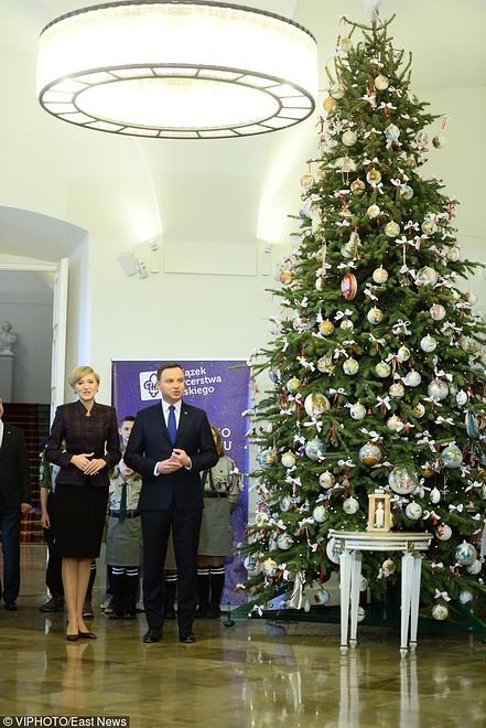 Agata Duda i Andrzej Duda przyjmują Betlejemskie Światło Pokoju