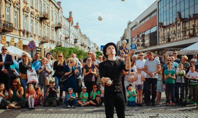Wrocław. BuskerBus 2020. Komicy, clowni, żonglerzy, akrobaci, szczudlarze, iluzjoniści na ulicach
