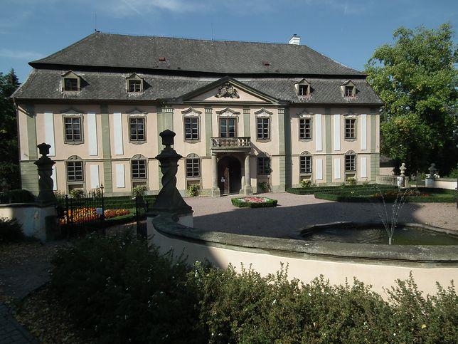 Pałac Potštejn został przebudowany na życzenie Jana Ludvika Harbuvala Chamare, który kupił miejscowość z zamkiem  i okolicznymi wioskami  w 1746 r. za 70 tys. zł polskich