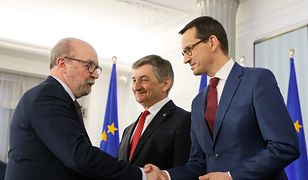Prof. Ryszard Legutko ściska dłoń Mateusza Morawieckiego po odbiorze zaświadczenia o wyborze na europosła