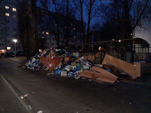 """Praga-Południe. Góra śmieci po pożarze kontenera w Warszawie. """"Są już szczury"""""""