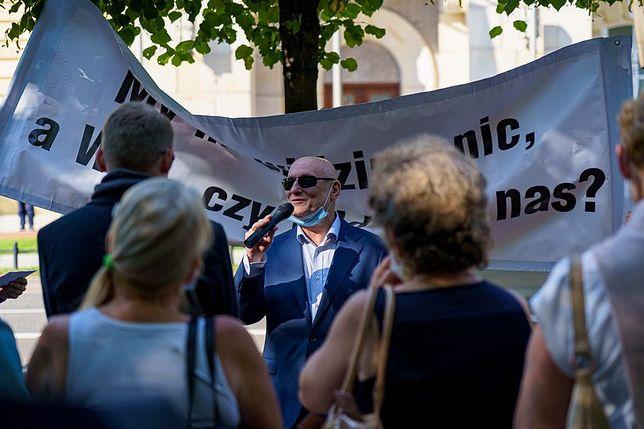 Warszawa. Pod Pałacem Prezydenckim manifestowali w poniedziałek niewidomi i niedowidzący. Domagają się uwagi i systemowych rozwiązań, które pozwolą im funkcjonować niezależnie od osób widzących (Facebook)