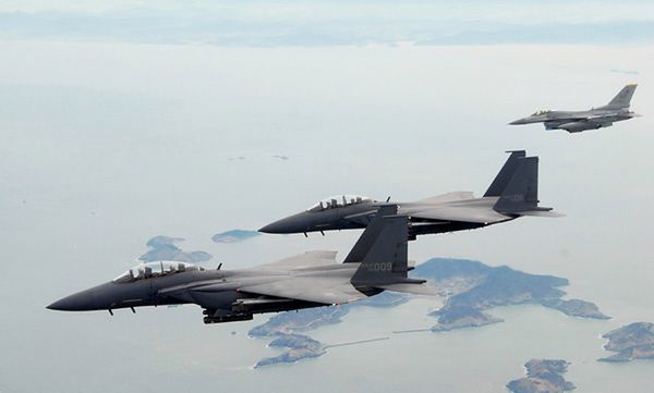 Dwa południowokoreańskie myśliwce F-15K (na pierwszym planie) i amerykański F-16