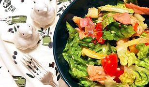 Sałata rzymska z mango i pstrągiem. Kolorowa mieszanka na lepszy humor