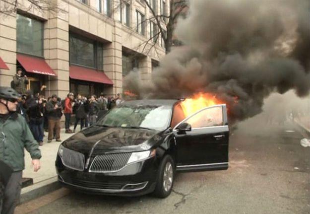 Protestowali w Waszyngtonie przeciwko Donaldowi Trumpowi. Spalili limuzynę imigranta