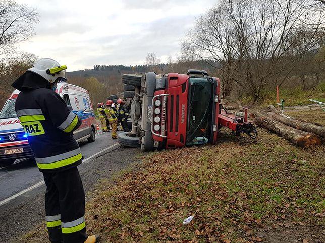 Olszany. Wypadek ciężarówki z drewnem