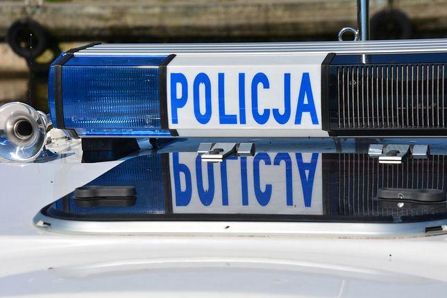 Warszawa. Staranował autem przystanek tramwajowy i uciekł. Policja szuka kierowcy