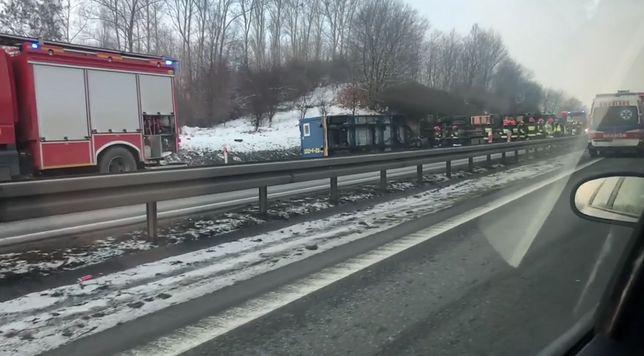Wypadek na obwodnicy Trójmiasta. Ciężarówka przewrócona na boku
