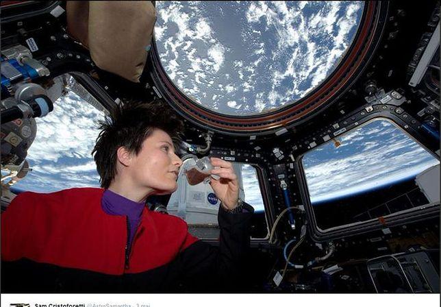 Historyczna filiżanka espresso w przestrzeni kosmicznej