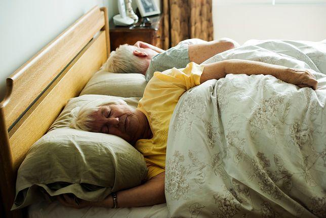Wiele par decyduje się spać w osobnych łóżkach, a nawet sypialniach