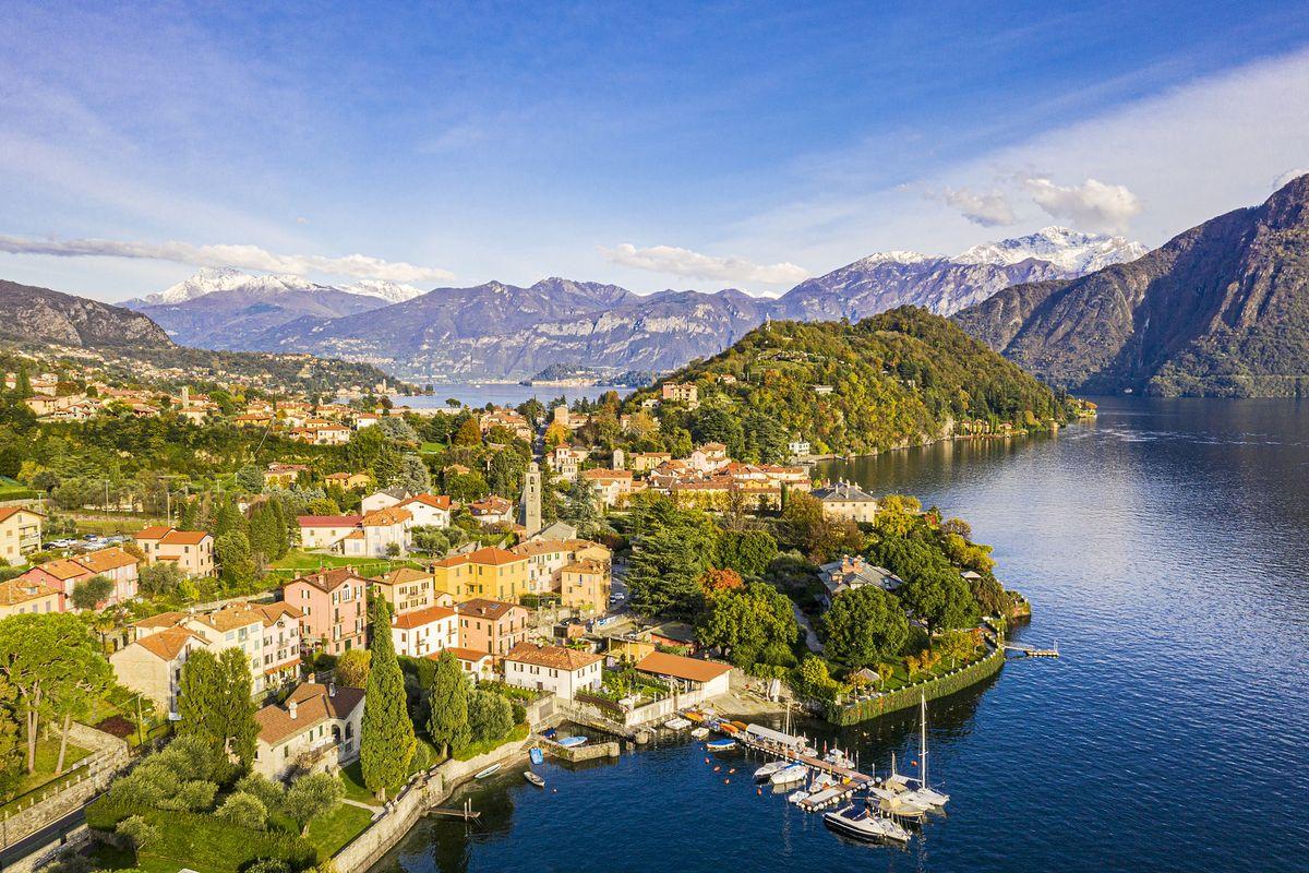 Włoskie jezioro Lago di Como w Lombardii