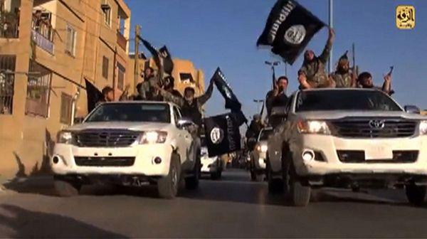 Członkowie Państwa Islamskiego w syryjskim mieście Rakka