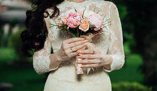 Skromna elegancja to doskonała alternatywa dla tradycyjnych, ozdobnych sukni ślubnych