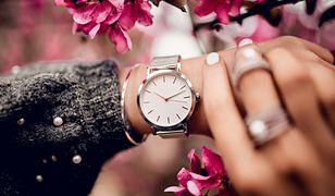Zegarek ozdabia dłoń i świetnie podkreśla stylizacje