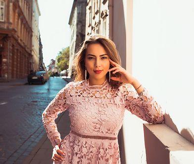 Koronkowa sukienka to idealna propozycja na ciepły, wiosenny dzień