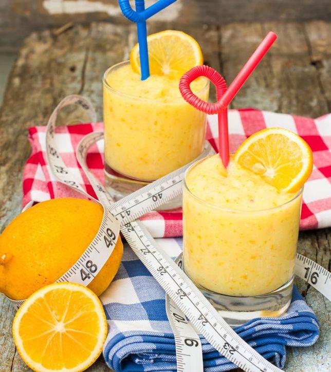 Żółte smoothie z mango i pomarańczy
