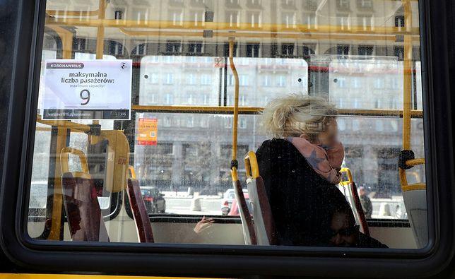Warszawa. Władze miasta uruchamiają kampanię informacyjną przypominającą o obowiązku zakrywania twarzy w pojazdach transportu publicznego