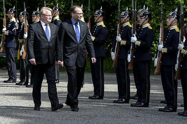 Ministrowie obrony: Szwecji - Peter Hultqvist oraz Finlandii - Jussi Niinisto