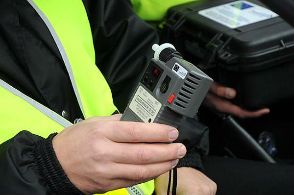 Policja apeluje: nie wsiadaj za kierownicę nawet po lampce wina!