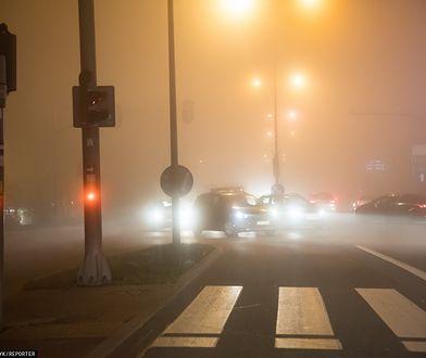 Pogoda. IMGW ostrzega. Gęsta mgła ogranicza widoczność