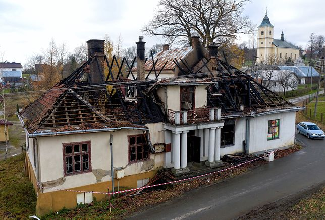 Gdy strażacy przyjechali na miejsce, część dachu opuszczonego dworku już płonęła