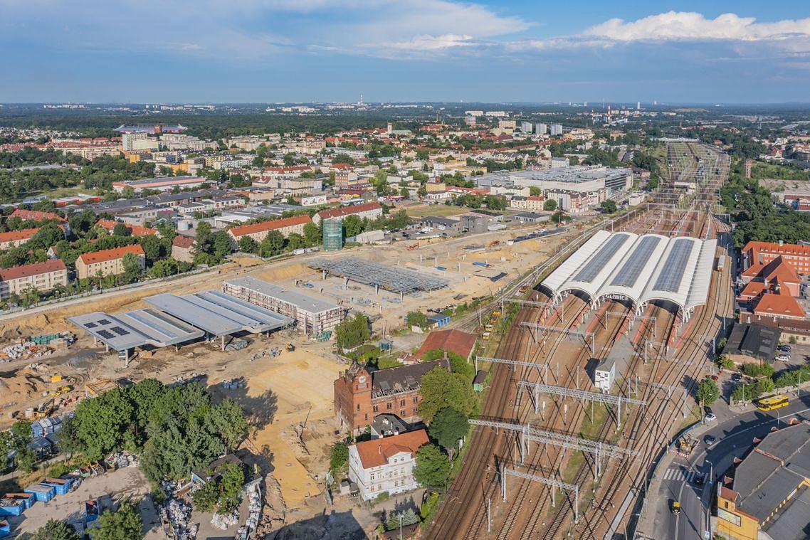 Śląskie. Na drugim segmencie zadaszenia centrum przesiadkowego w Gliwicach trwają m.in. prace związane z pokryciem dachowym.