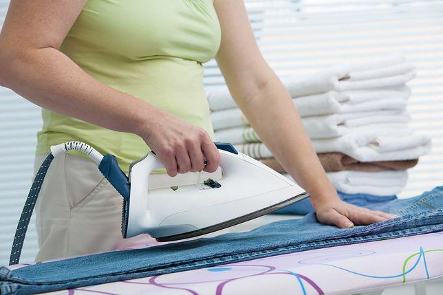 Jak suszyć ubrania, by uniknąć prasowania? Sprytne triki