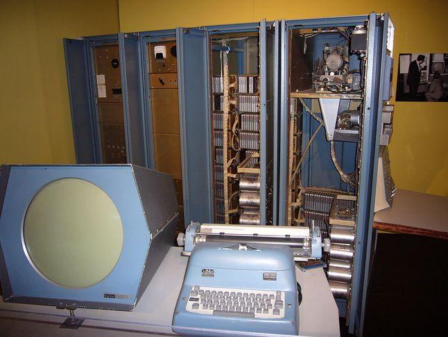 Komputer PDP-1 z wyświetlaczem wektorowym. (zdjęcie: Wikipedia)
