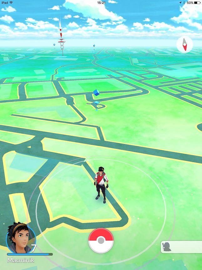 Na horyzoncie Pokestop (niebieski), a dalej wieża Gym.