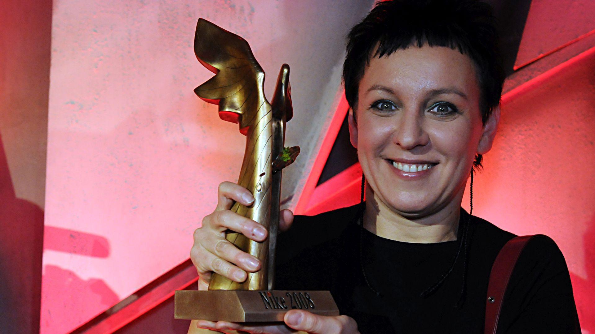 """Olga Tokarczuk z nagrodą Nike, którą zdobyła w 2008 roku za powieść """"Bieguni""""."""
