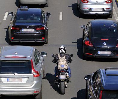 Jazda motocyklem pomiędzy autami pozwala szybciej dojechać na miejsce