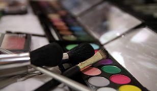 Makijaż dla 50-latki powinien uwzględniać specyfikę skóry dojrzałej.