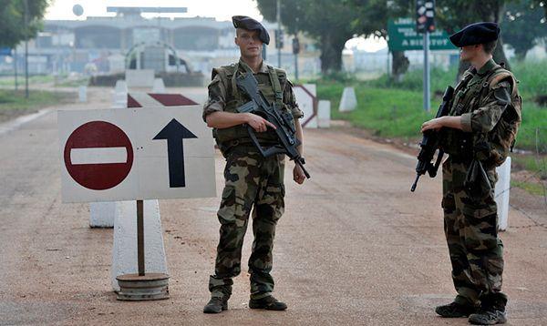 Francuscy żołnierze chroniący lotnisko w Bangi