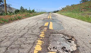 Kto odpowiada za uszkodzenie auta na dziurawej drodze?