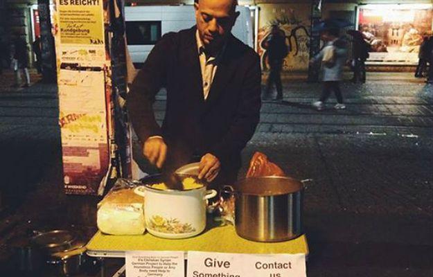 Alex Assali przygotowuje posiłek dla bezdomnych